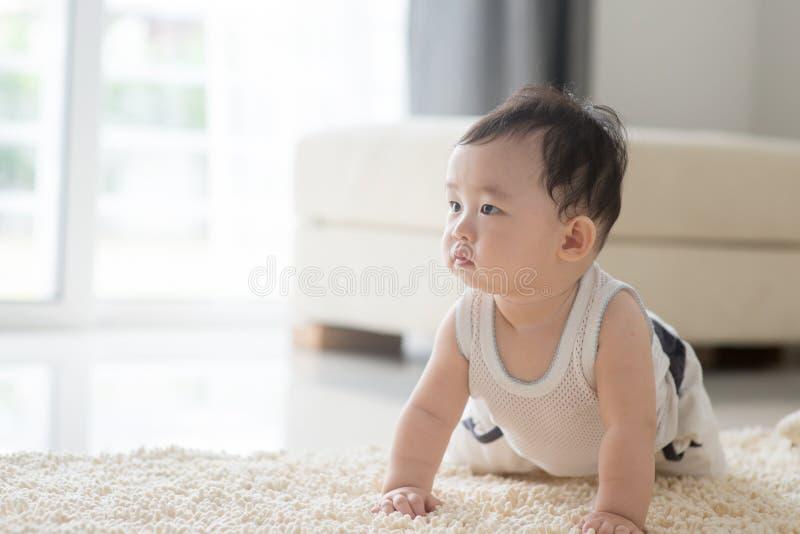 Chłopiec czołganie na dywanie zdjęcia royalty free