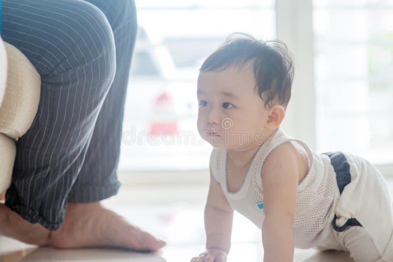 Chłopiec czołganie w kierunku ojca zdjęcia stock