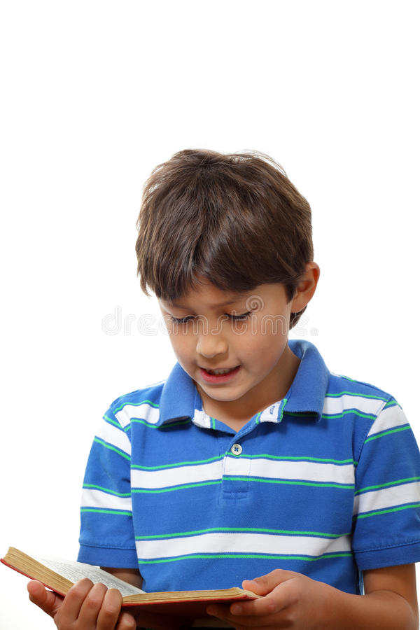 Chłopiec czyta książkę - portret zdjęcia royalty free