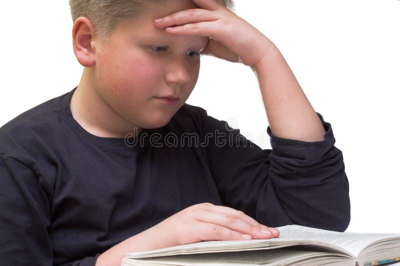 chłopiec czyta książki blisko do młodych obrazy royalty free