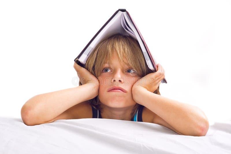 Chłopiec czytelnicza książka obrazy stock