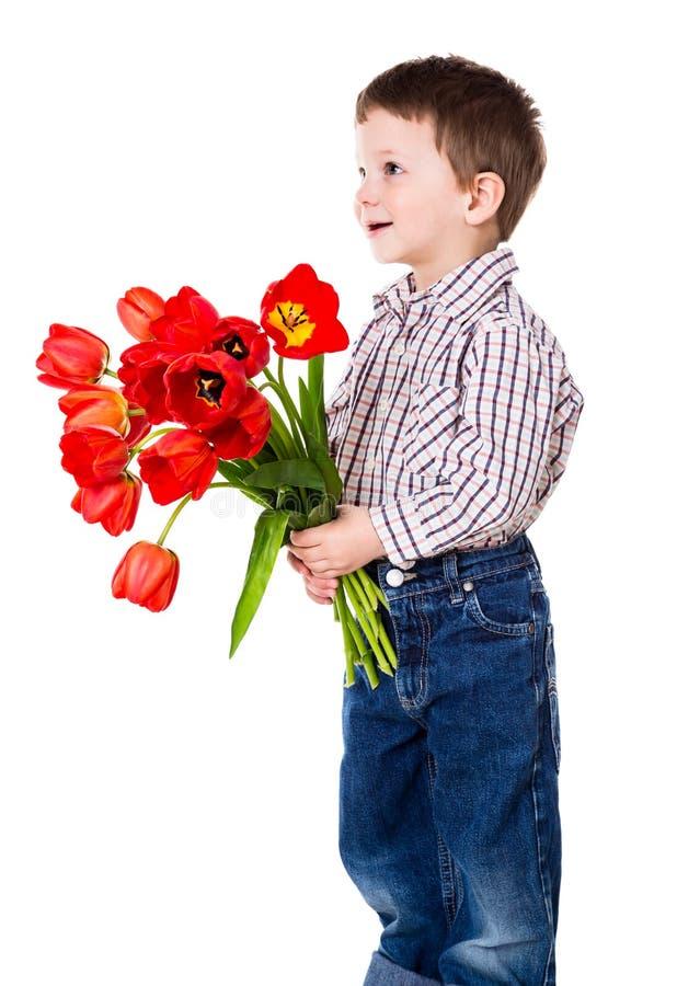 Chłopiec daje bukietowi tulipany obrazy stock