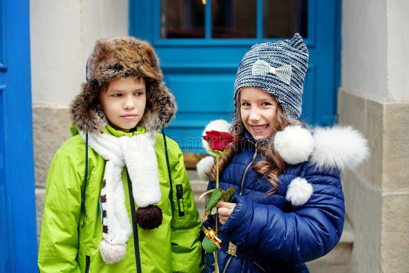 Chłopiec daje dziewczynie róży dwoje dzieci Pojęcie zdjęcie royalty free