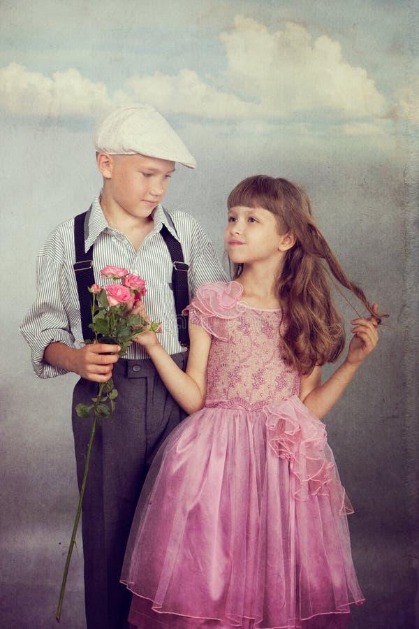 Chłopiec daje kwiatu dziewczyna obraz stock