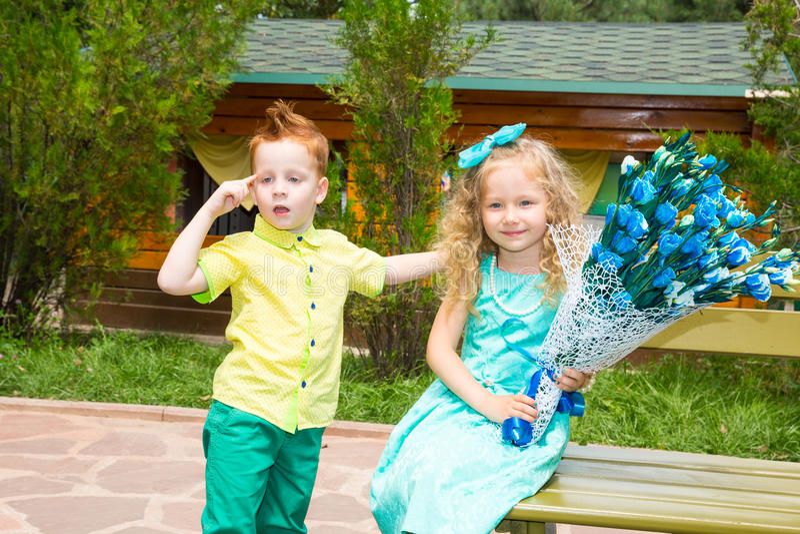 Chłopiec daje kwiatu dziewczyny dziecko na wszystkiego najlepszego z okazji urodzin Świętowania pojęcie i dzieciństwo, miłość zdjęcia stock