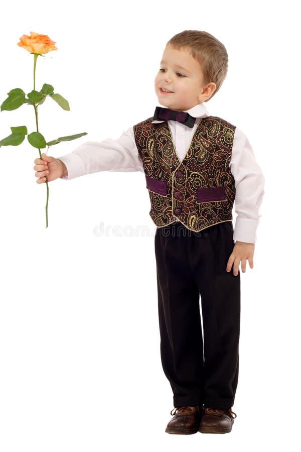 chłopiec daje małemu wzrastał target1460_0_ fotografia stock