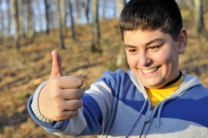 chłopiec daje szczęśliwemu ok obraz stock