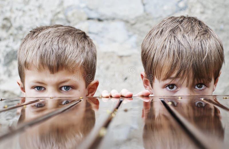 Chłopiec deszczu stół obraz stock
