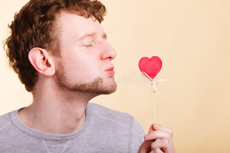 Chłopiec dmuchania buziak serce obraz royalty free