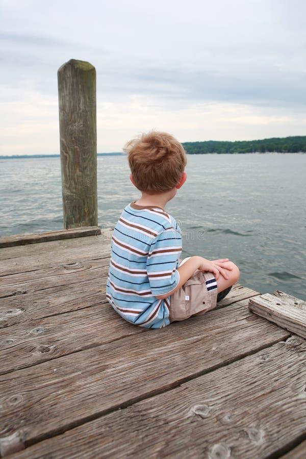 chłopiec doku siedzący czekanie zdjęcia royalty free