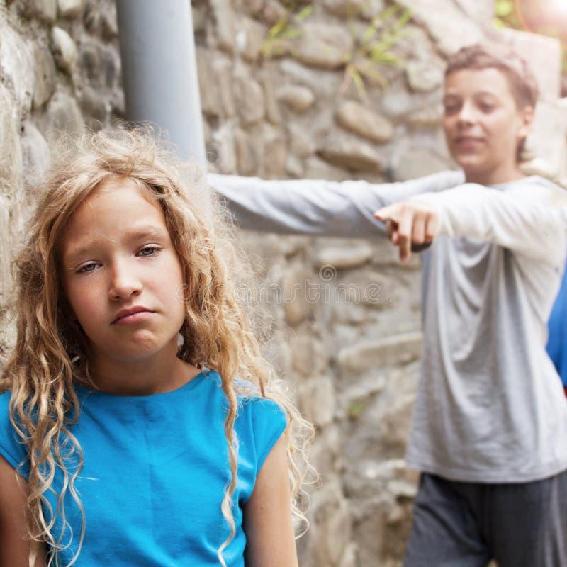 Chłopiec dokucza dziewczyny zdjęcia royalty free