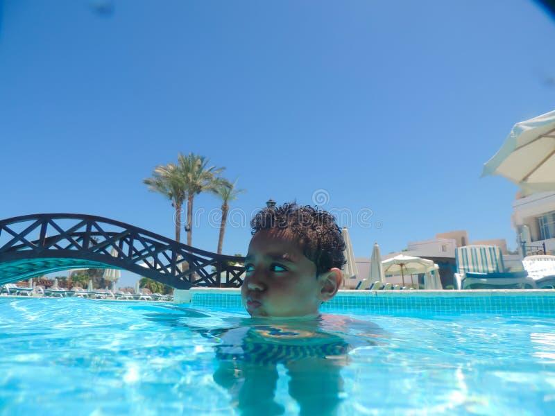 Chłopiec dopłynięcie przy basenem obrazy royalty free