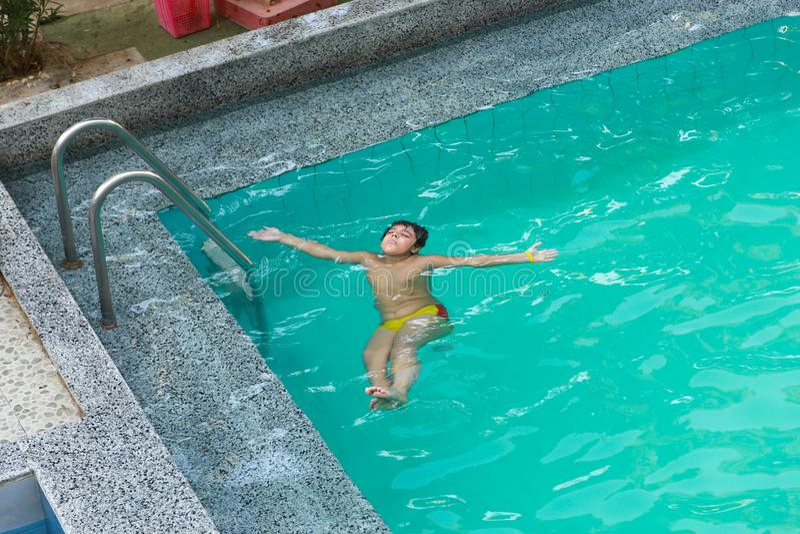Chłopiec dopłynięcie przy basenem obraz stock