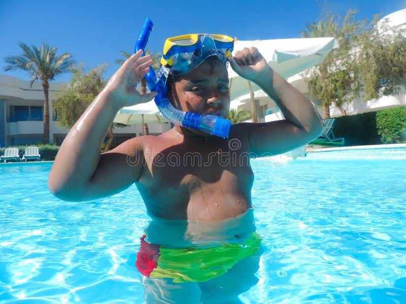 Chłopiec dopłynięcie przy basenem z maską obrazy royalty free