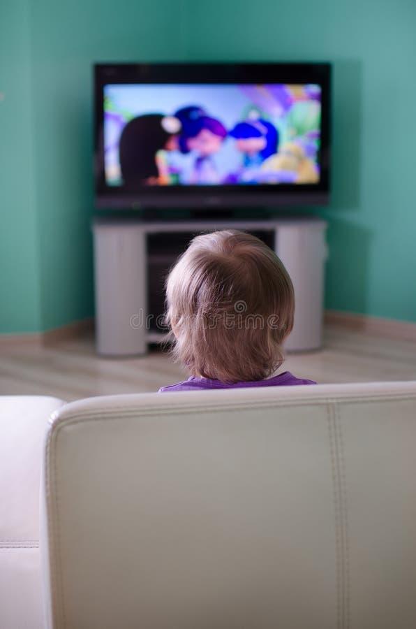 Chłopiec dopatrywania kreskówka w telewizi fotografia stock
