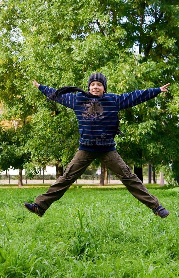 chłopiec doskakiwanie zdjęcie royalty free