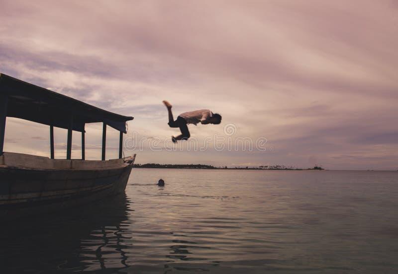 Chłopiec doskakiwanie w morzu obraz royalty free