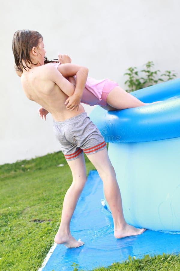 chłopiec dostaje dziewczyny pomaga basen basenu obraz royalty free