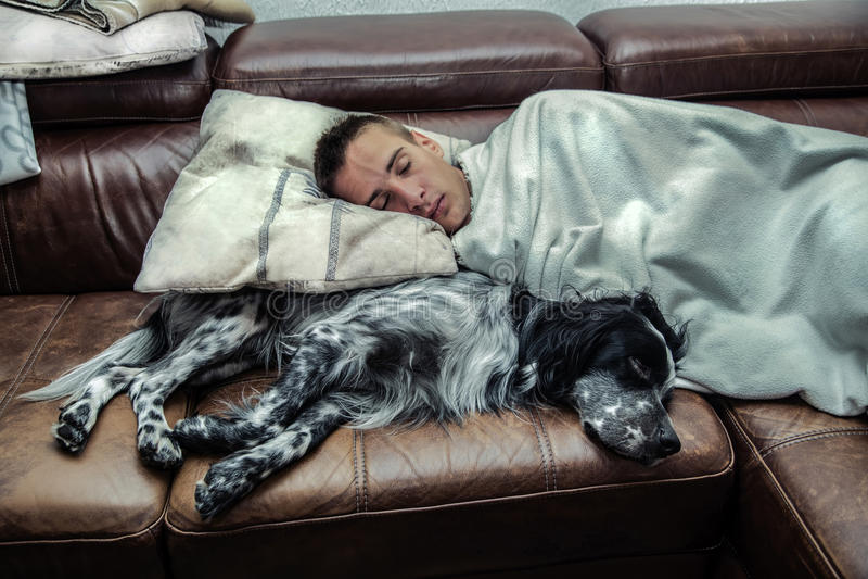 Chłopiec dosypianie z jego psem zdjęcie stock