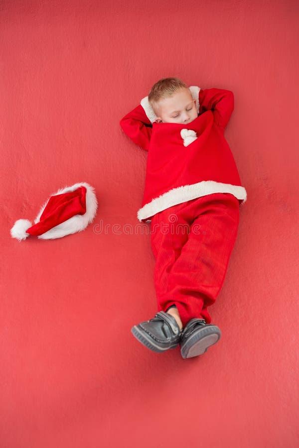 Chłopiec drzemanie w Santa kostiumu obraz royalty free
