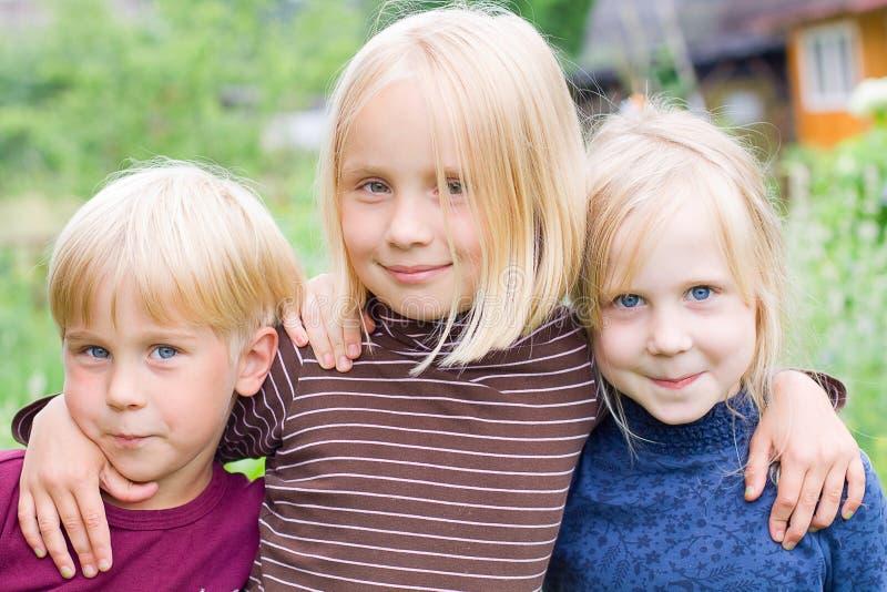 chłopiec dzieci dziewczyny szczęśliwy plenerowy zdjęcie royalty free