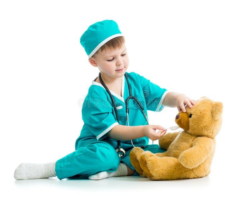 Dzieciak bawić się lekarkę z mokiet zabawką obraz stock
