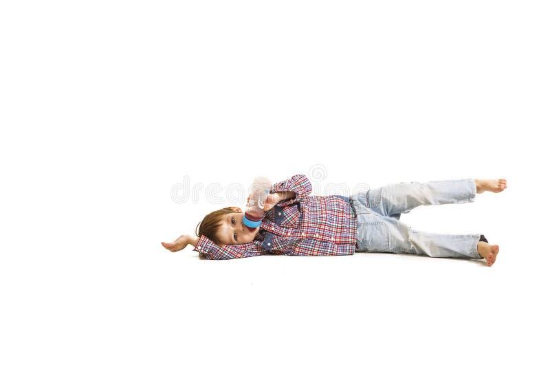 Chłopiec, dzieciak, lying on the beach, biały tło, śpiewa, sok, butelka, zdjęcia stock