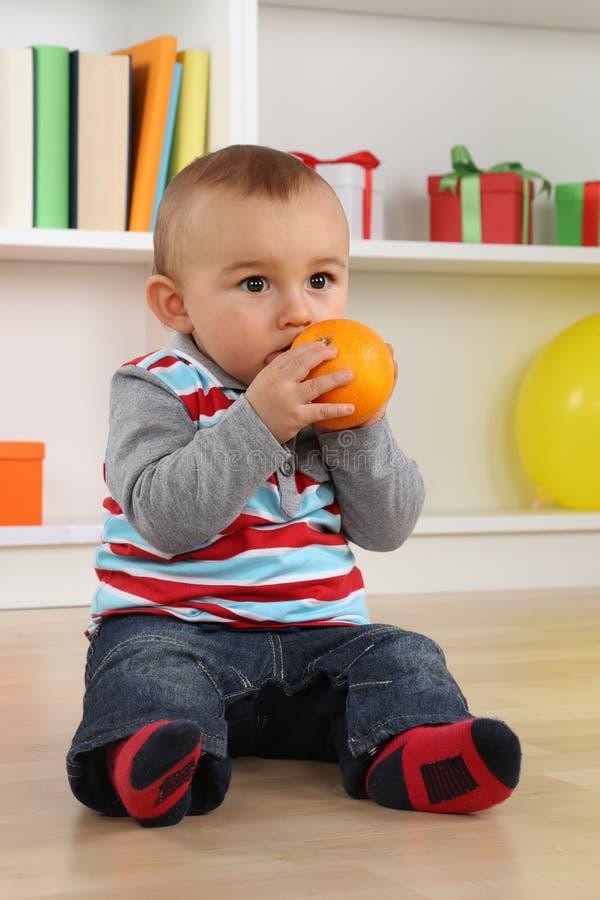 Chłopiec dziecka łasowania pomarańcze owoc fotografia stock