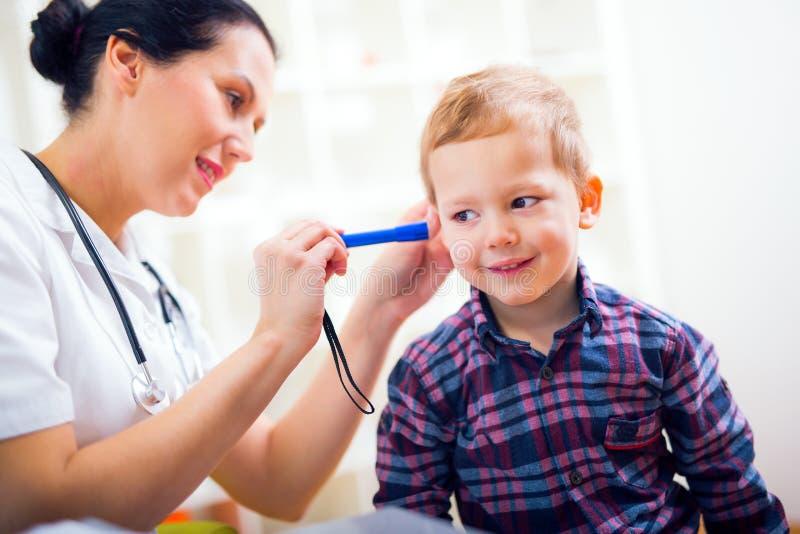 chłopiec dziecka doktorski target1580_0_ żeński mały zdjęcie stock
