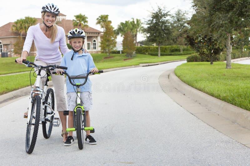 chłopiec dziecka kolarstwa matki syna kobieta zdjęcie stock