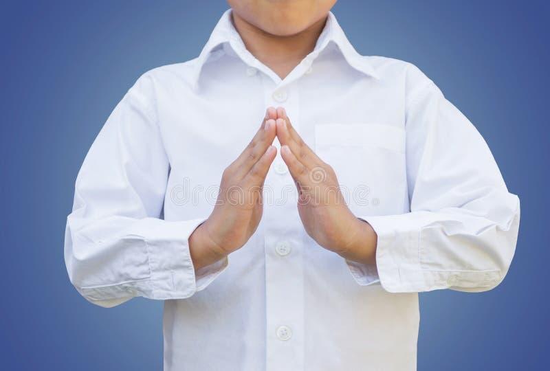 Chłopiec dziecka modlenia akcja z ścinek ścieżką zdjęcie royalty free