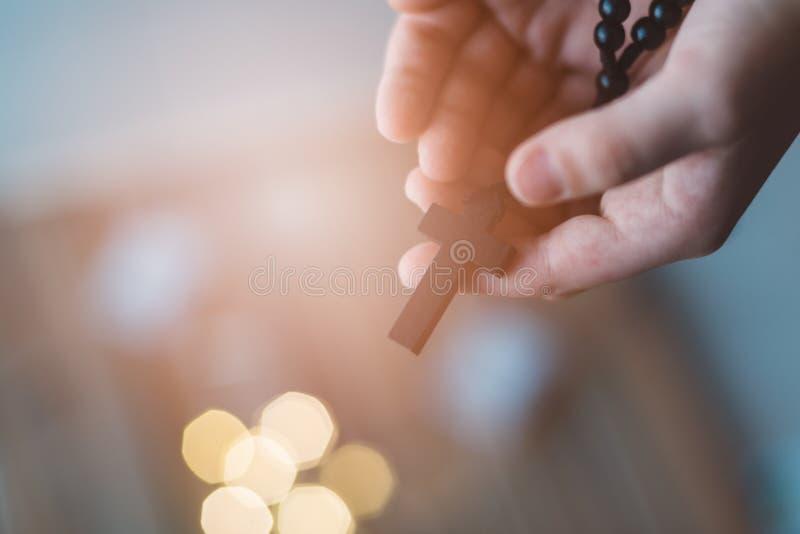 Chłopiec dziecka modlenie i mienie drewniany różaniec fotografia royalty free