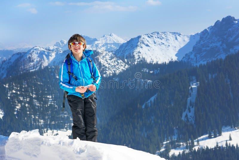Chłopiec dziecka zimy góry wierzchołka pięcie zdjęcia stock