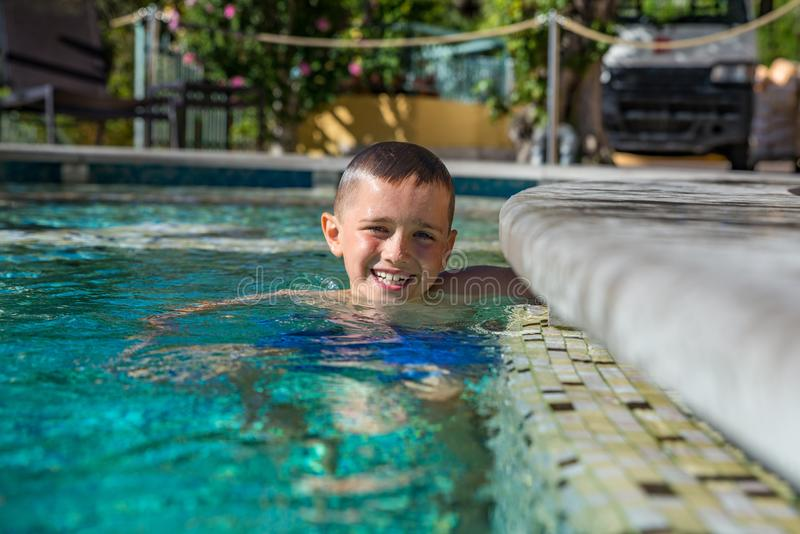 Chłopiec dziecko bawić się w basenie, wakacje obrazy stock