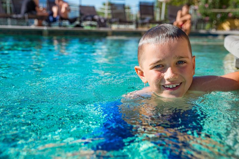Chłopiec dziecko bawić się w basenie, wakacje obraz royalty free