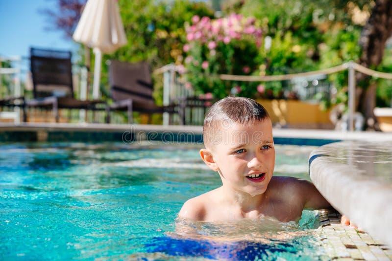Chłopiec dziecko bawić się w basenie, wakacje zdjęcie stock