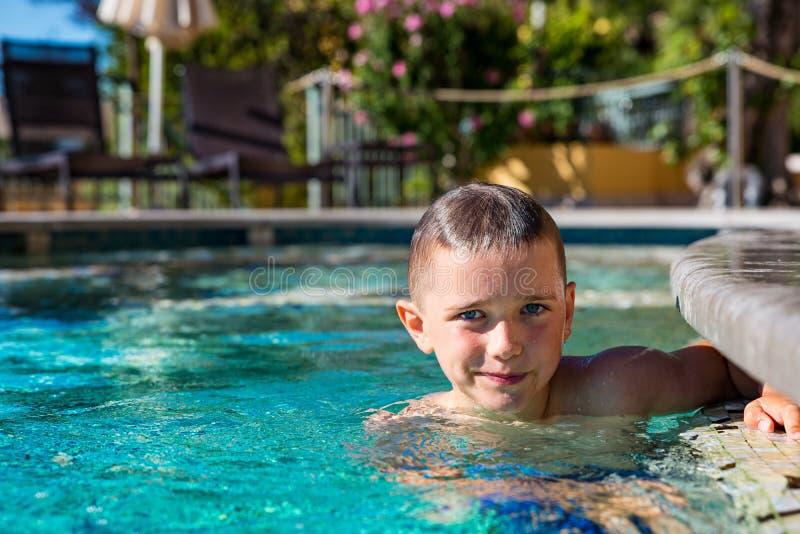 Chłopiec dziecko bawić się w basenie, wakacje obraz stock