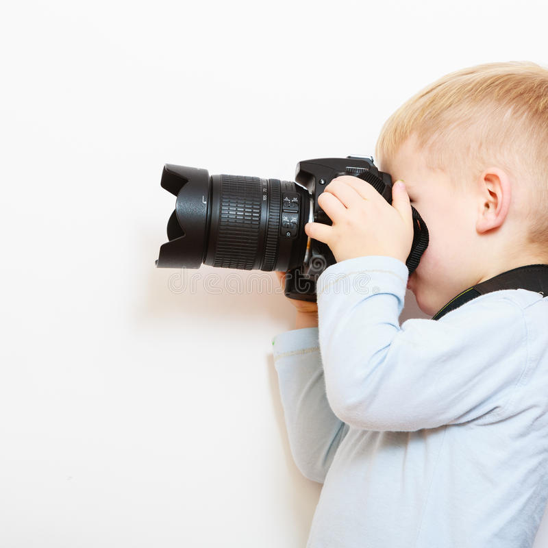 Chłopiec dziecko bawić się z kamerą bierze fotografię fotografia stock