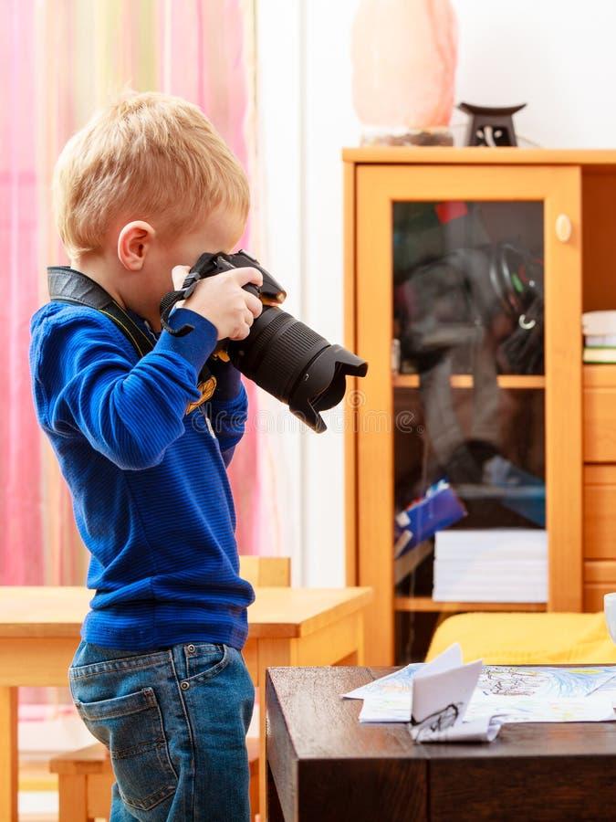 Chłopiec dziecko bawić się z kamerą bierze fotografię obrazy stock