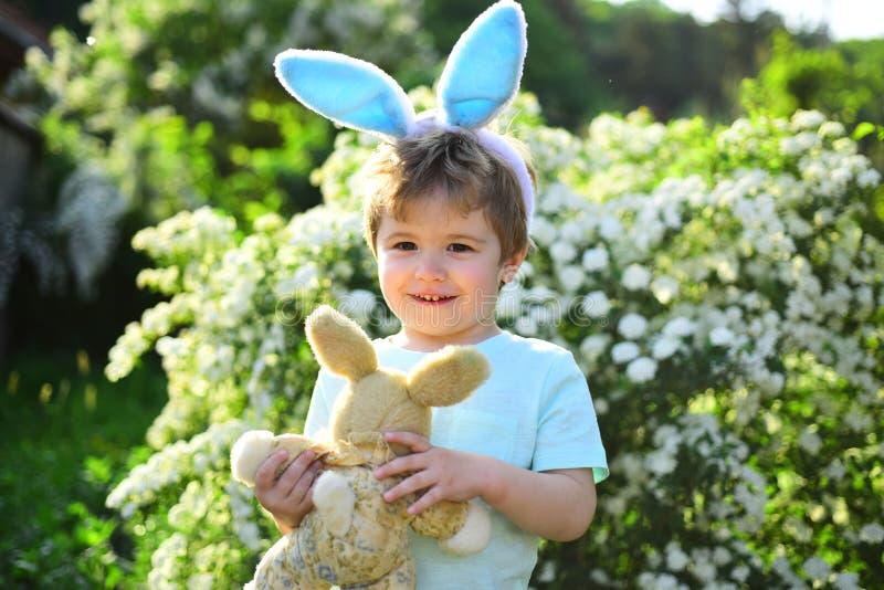 Chłopiec dziecko w zielonym lasowym Szczęśliwym Easter Dzieciństwo Jajeczny polowanie na wiosna wakacje Królika dzieciak z królik obrazy royalty free