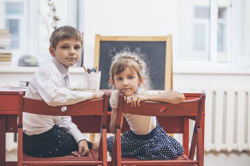 Chłopiec, dziewczyn dzieci w szkole szczęśliwego zdjęcie stock