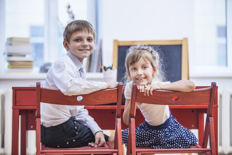 Chłopiec, dziewczyn dzieci w szkole szczęśliwego, ciekawy, mądrze zdjęcie stock