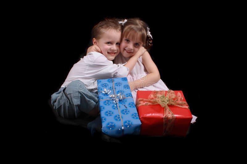 chłopiec dziewczyna przedstawia xmas zdjęcie royalty free