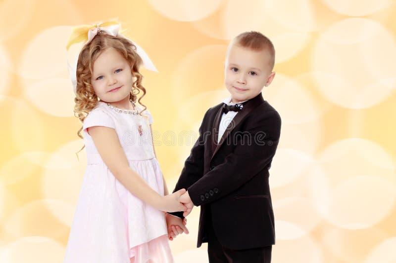 chłopiec dziewczyna wręcza mienia zdjęcia royalty free