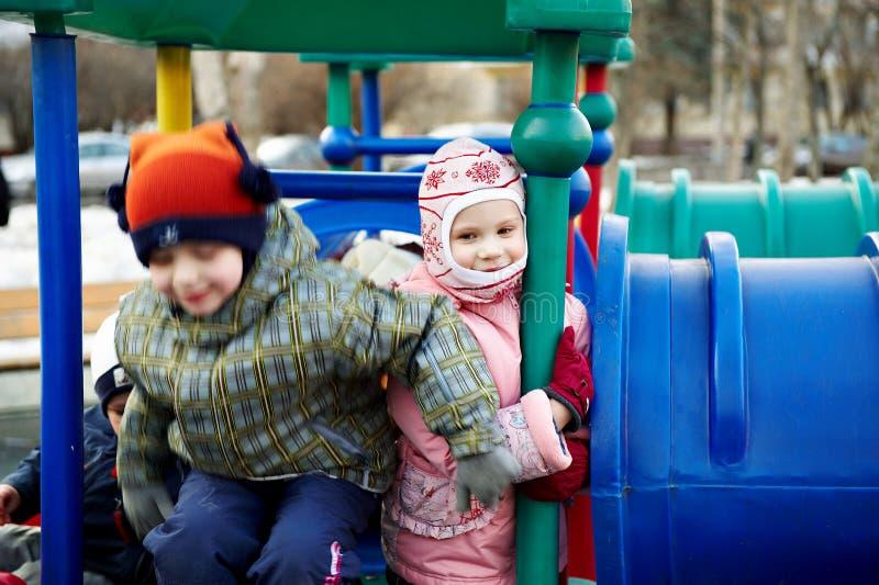 chłopiec dziewczyny dziecina bawić się zdjęcie royalty free