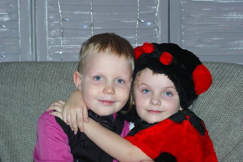 chłopiec dziewczyny przytulenie obraz stock