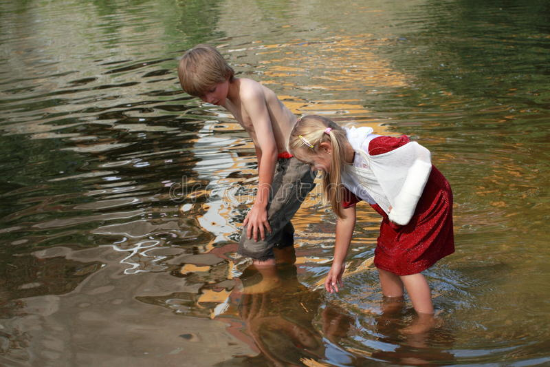chłopiec dziewczyny trochę woda obrazy stock
