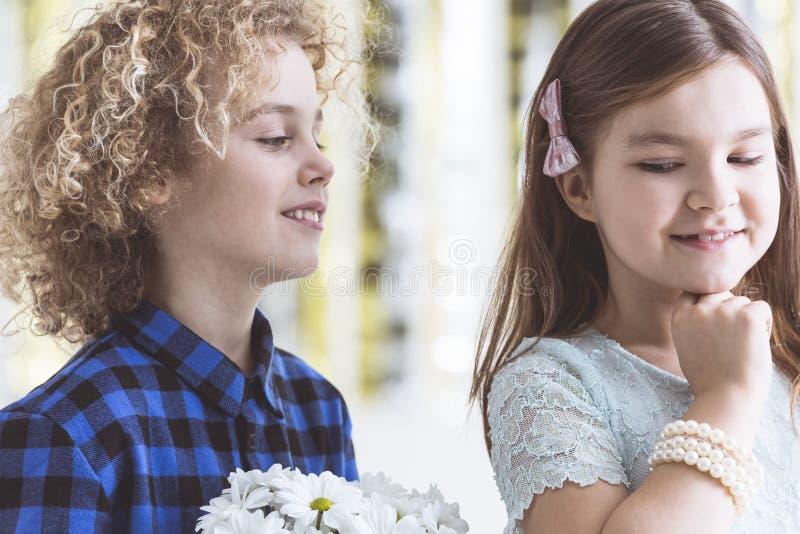 Chłopiec flirtuje z dziewczyną obrazy royalty free