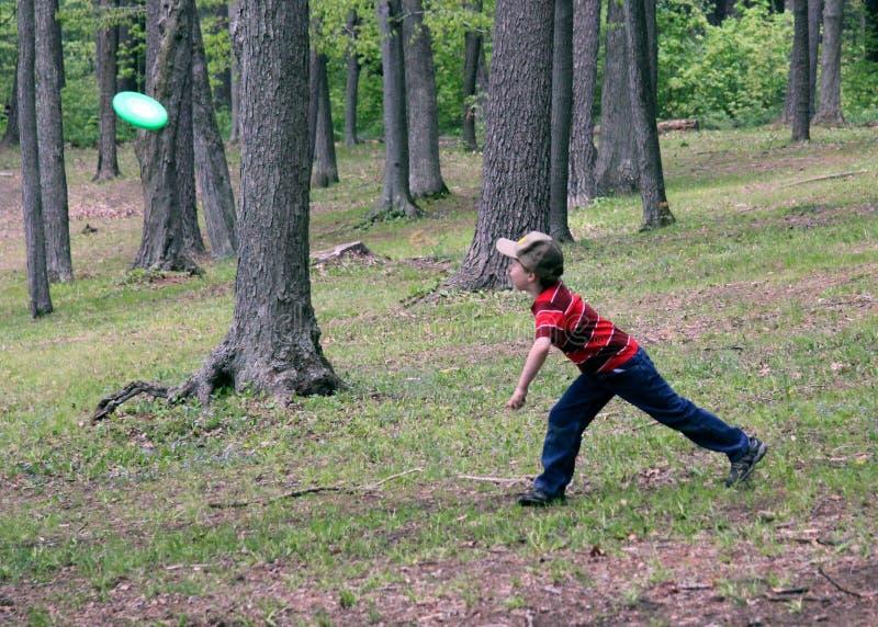 chłopiec frisbee bawić się fotografia stock
