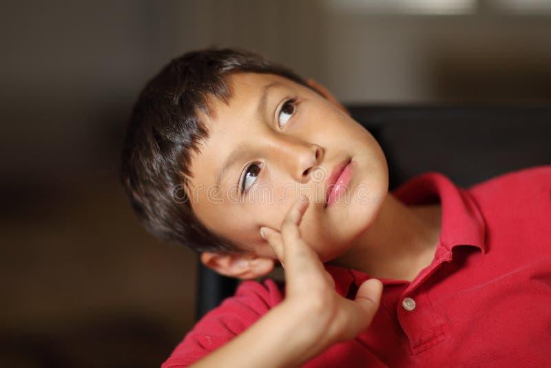 Chłopiec główkowanie lub dnia marzyć obraz royalty free